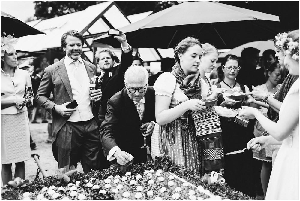 Hochzeitsgäste am Buffet
