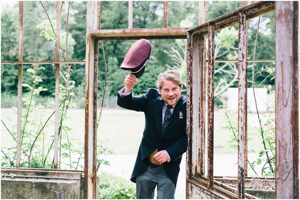 Hochzeitsgast lupft den Hut