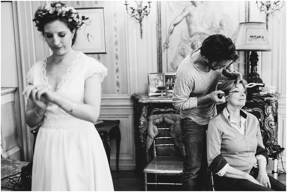 Braut und Brautmutter beim make-up