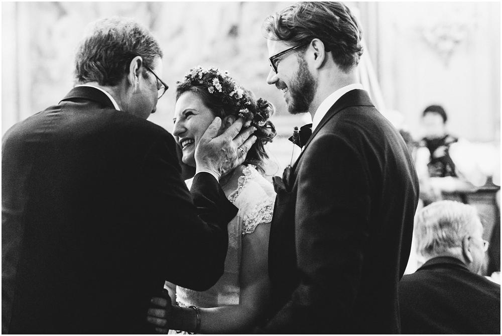 Brautpaar nimmt Glückwünsche entgegen