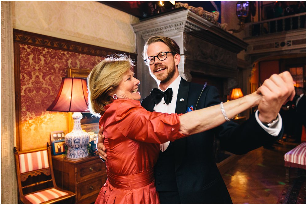 Bräutigam tanzt mit Mutter