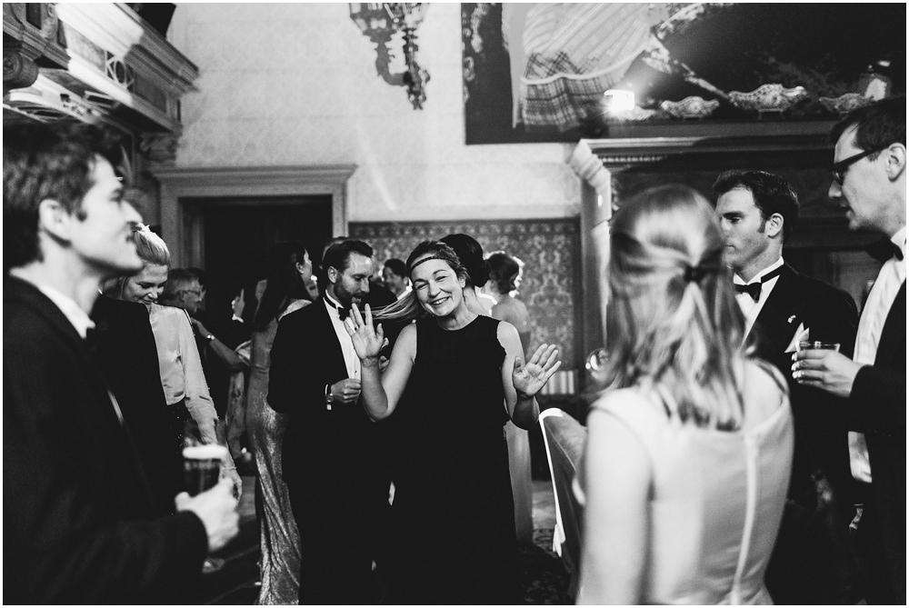 Hochzeitsgäste feiern ausgelassen