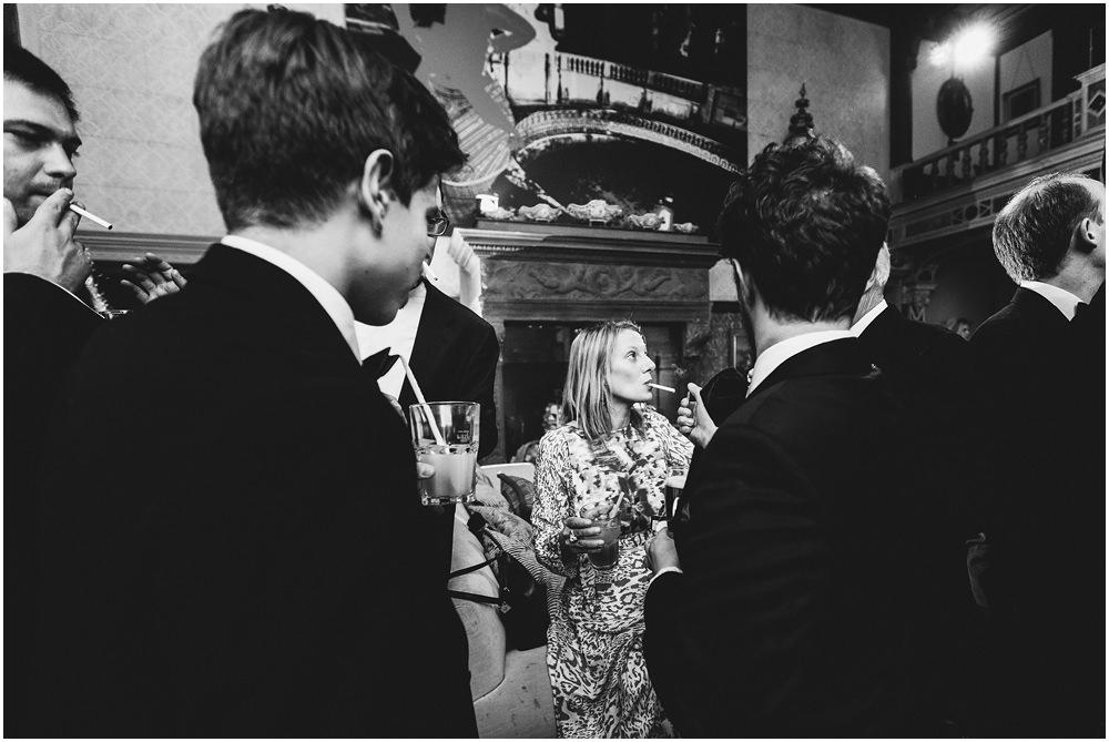 Hochzeitsgäste rauchen