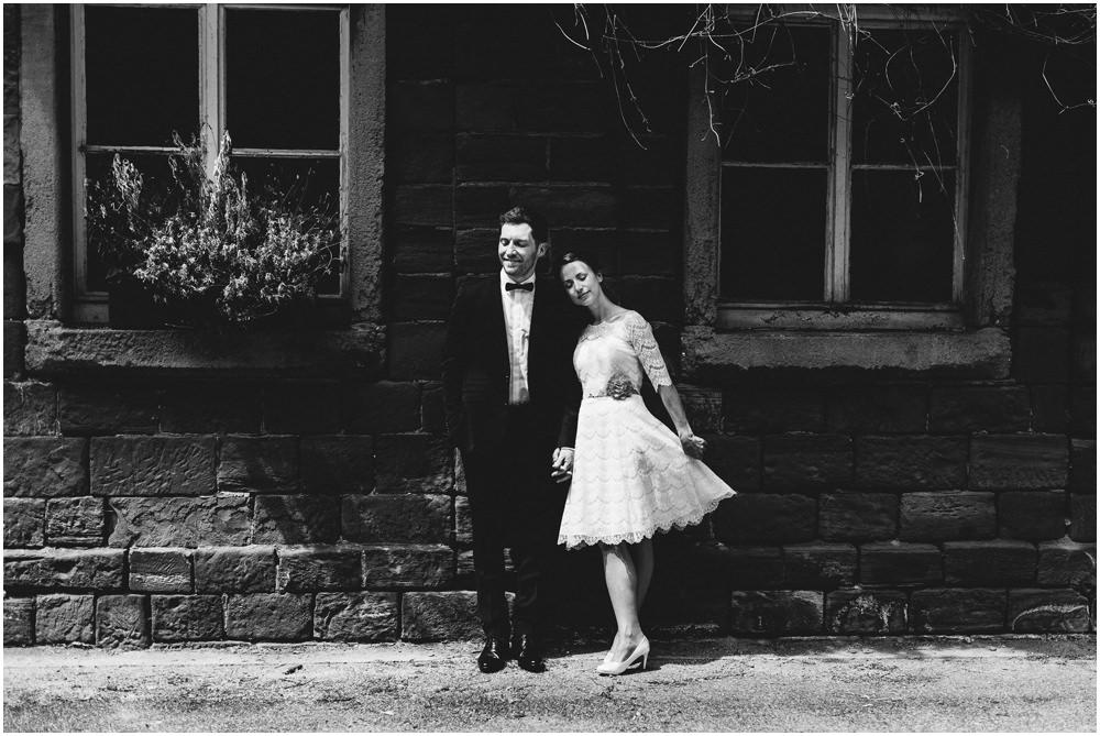 Brautpaar vor idyllischem Haus