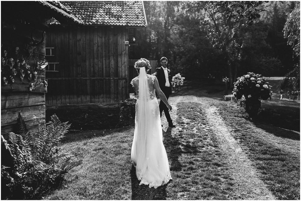 Die Braut läuft zu ihrem Bräutigam
