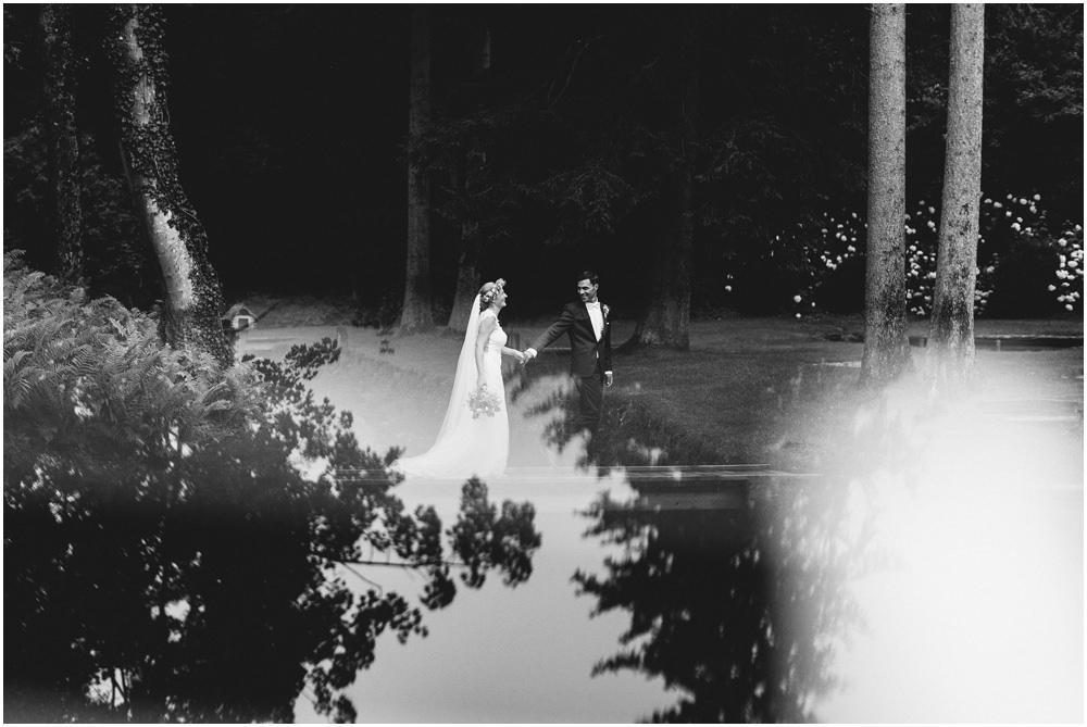 Braut und Bräutigam auf dem Steg