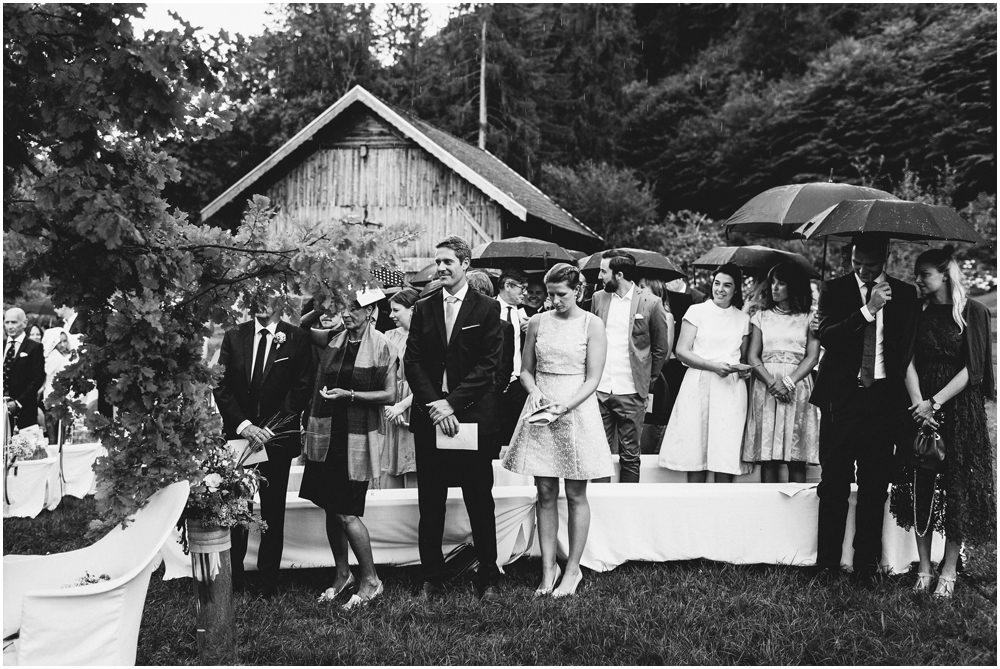 Hochzeitsgäste erwarten die Trauung