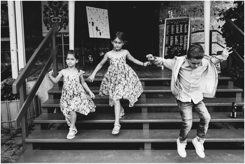 Kinder springen die Treppe runter