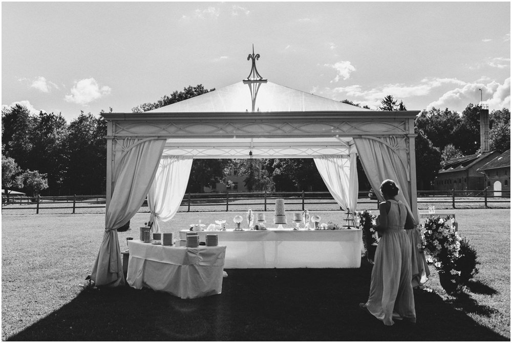 Braut vor dem Festzelt