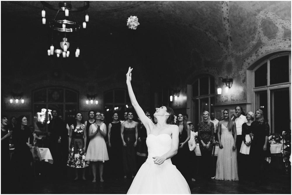 Braut beim Brautstraußewerfen