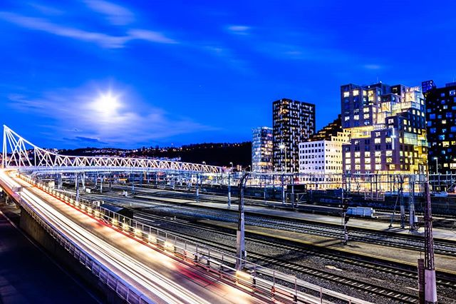 The moon is shining on Barcode in Oslo 🏙️ 30 sec, f/10, ISO 100