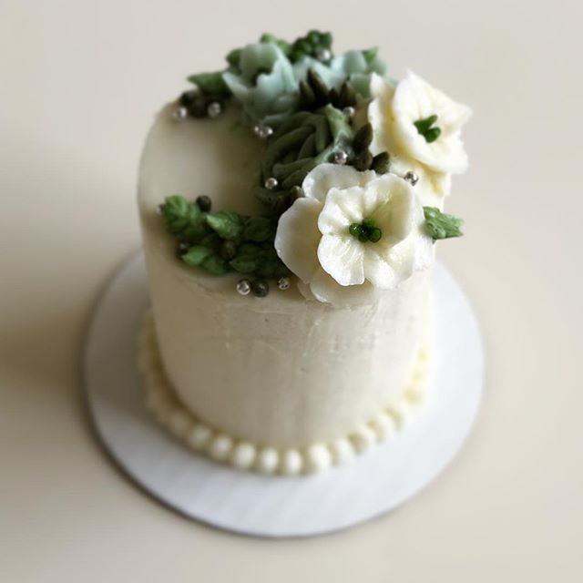 A mini version of the wedding cake we made for a sweet couple. Happy 1 year anniversary !