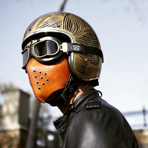 Шлем и маска на лице
