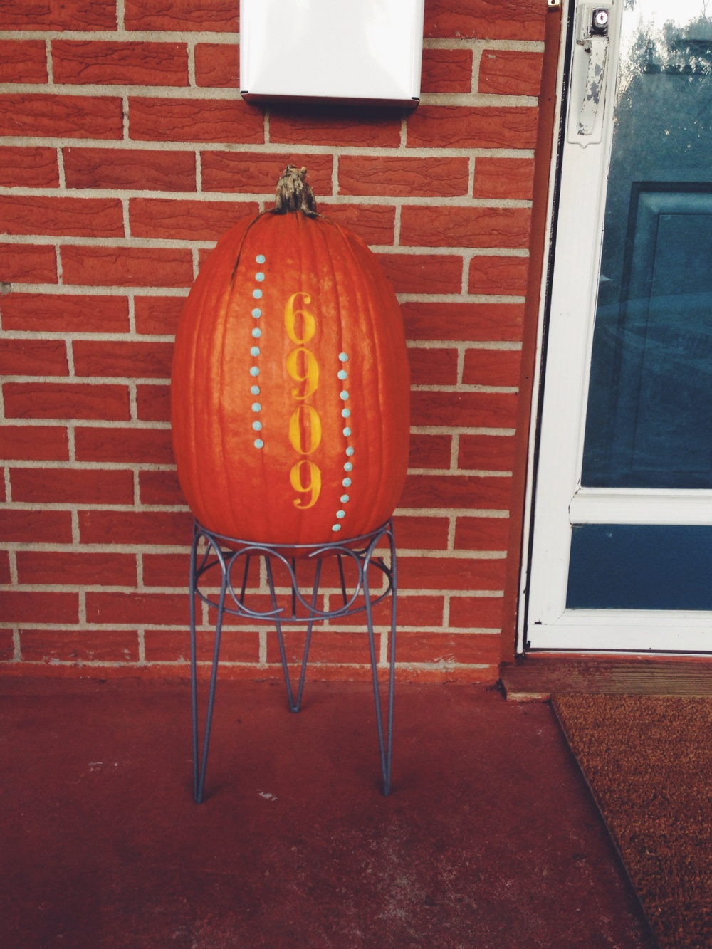 House Number Pumpkin + Repurposed Plant Stand for Fall. Click through for the tutorial.
