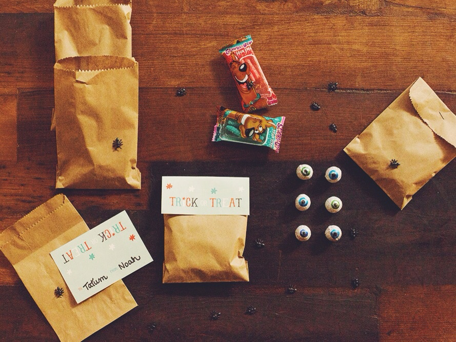 DIY Halloween Goodie Bag + Free Printable (click through for details)