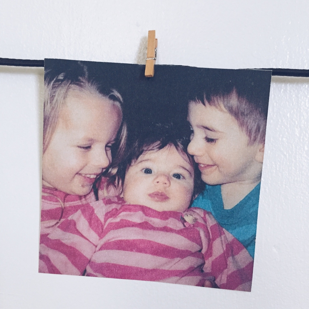 DIY Hanging Photo Display (click through for tutorial)