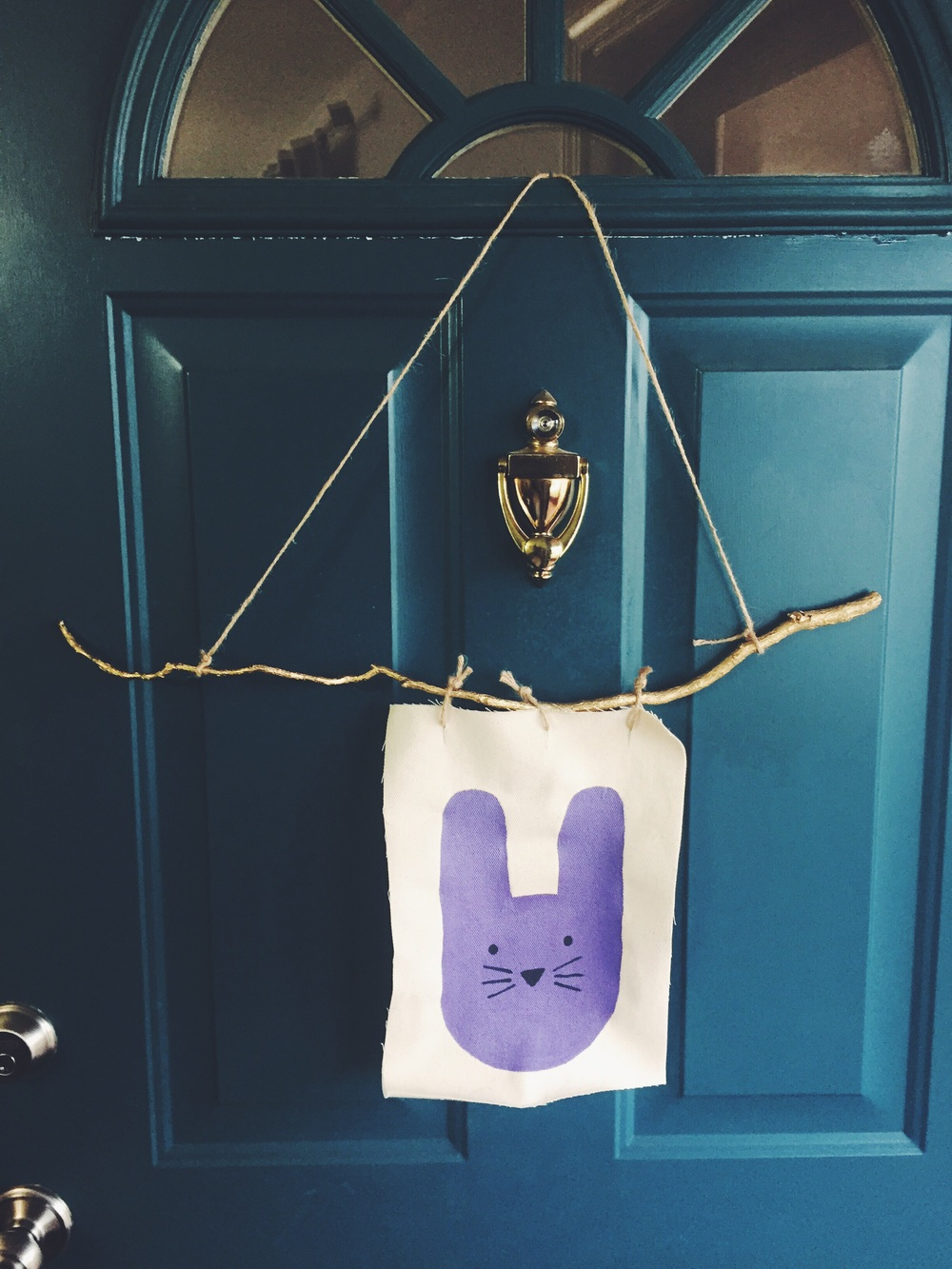 DIY Easter Door Hanger (click through for details)