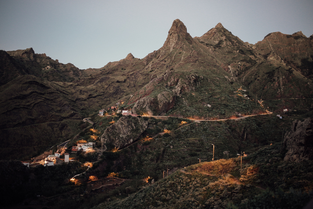 Atardecer desde Anaga: Vistas de Afur desde lo alto del barranco // Sunset from Anaga Natural Park:A sight of the little village of Afur from the top of a hill by the evening