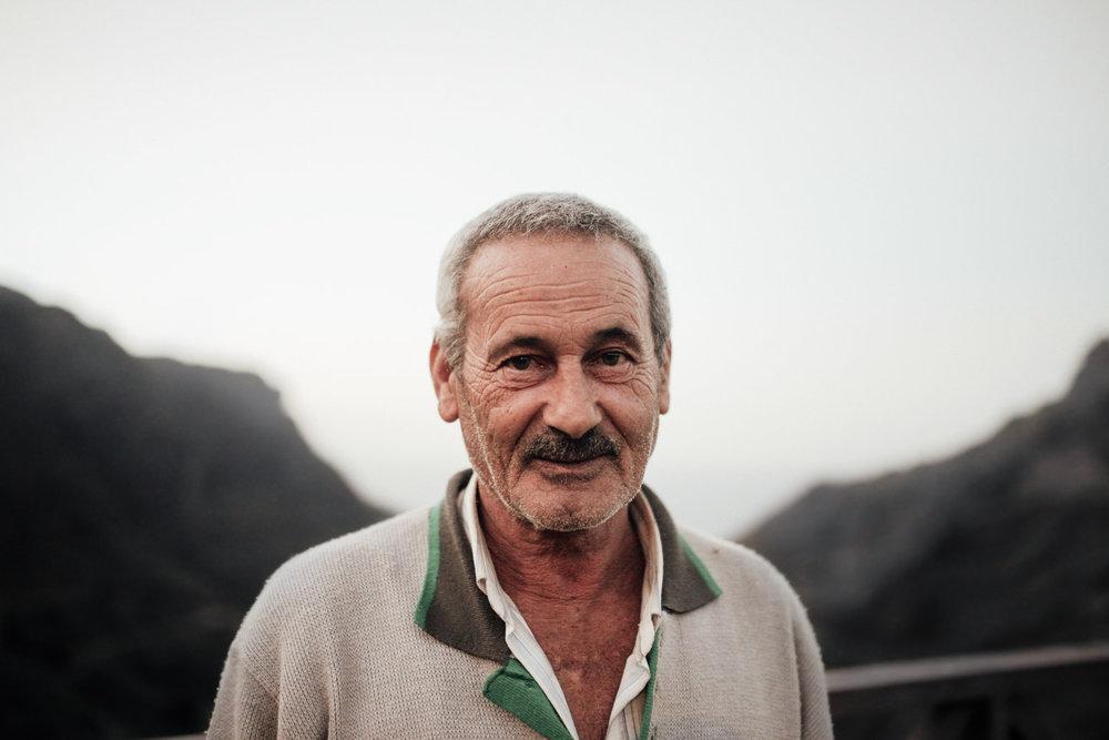 Fermín - Le encontré en la venta de José Cañón,tomando una cuarta de vino de la zona. Entre otras anécdotas, cuenta con orgullo que lleva viviendo en Afur toda su vida.Cuando era joven, se enamoró de una chica de La Palma y fue hasta allí a buscarla: