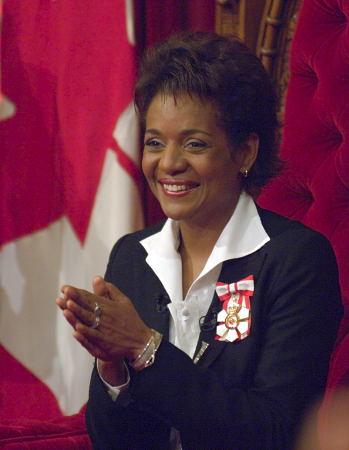 La Gouverneure généraleMichaëlle Jean se réjouit de la performance musicale faite en son honneur lors de son installation, le 27 septembre 2005, dans la salle du Sénat.  photo : sergent Eric Jolin, Rideau Hall.