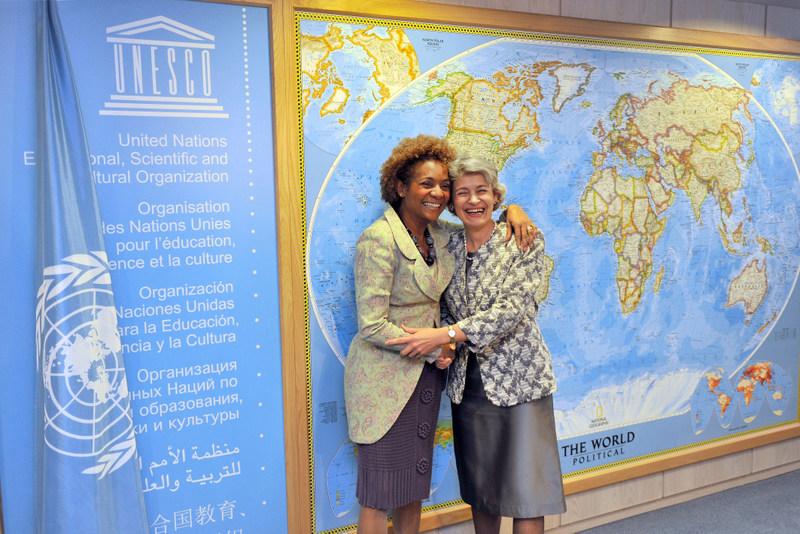 Michaëlle Jean avec ladirectrice générale de l'UNESCO,Mme Irina Bokova, en 2010. photo : UNESCO/Michel Ravassard.