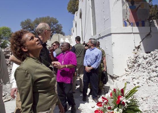 Michaëlle Jean examine les dégâts à la cathédrale épiscopale de Port-au-Prince, le 8 mars 2010. Elle avait été baptisée dans cette église. photo : John Kenney, The Gazette.