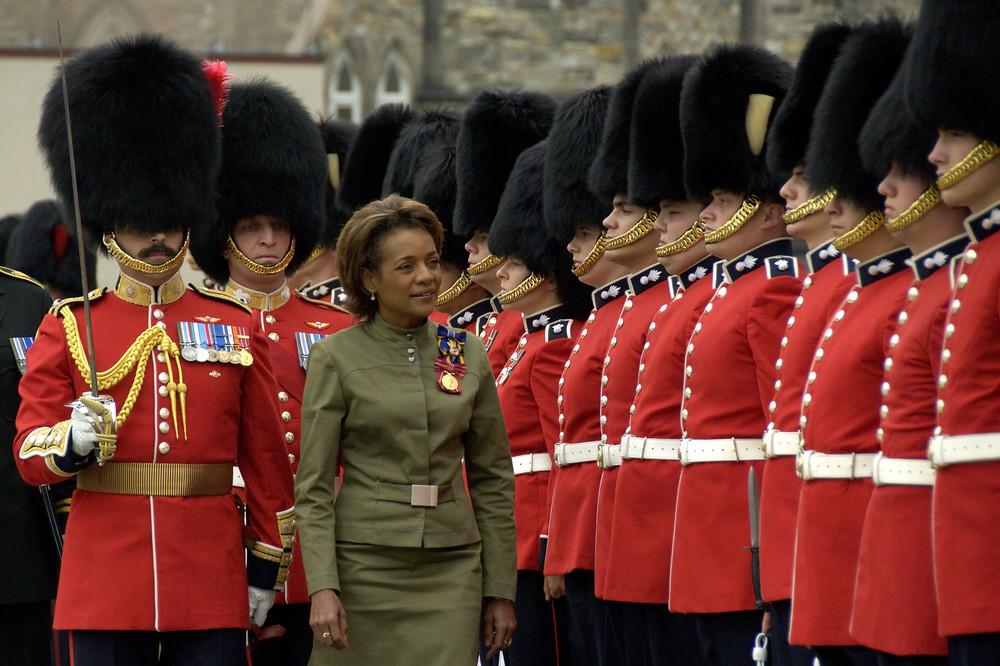 La gouverneure générale procède à la Revue annuelle de la garde.  photo : Rideau Hall.