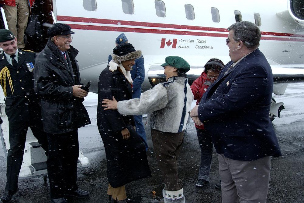 La très honorable Michaëlle Jean et son époux, M. Jean-Daniel Lafond, en voyage officiel dans l'Arctique canadien, en 2006.