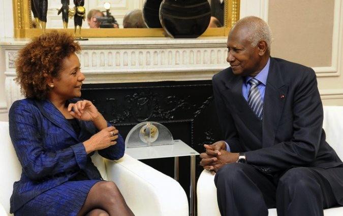Son Excellence Monsieur Abdou Diouf s'entretient avec la très honorable Michaëlle Jean lors de sa nomination en qualité de Grand Témoin de la Francophonie pour les Jeux olympiques et paralympiques de Londres 2012 (Paris, le 20 avril 2011). Crédits : Cyril Bailleul / OIF.