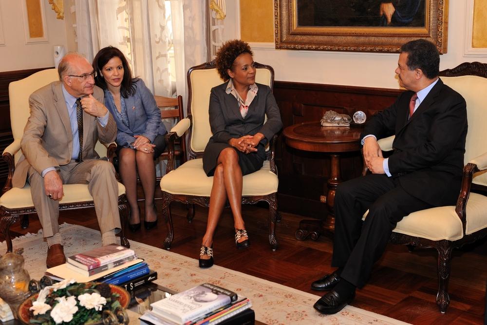 Son Excellence a rencontré monsieur Leonel Fernandez, président de la République dominicaine pour discuter des relations entre les deux pays ainsi que des efforts déployés par les Dominicaines et les Dominicains depuis le tremblement de terre en Haïti. La rencontre s'est déroulée au Palais présidentiel.