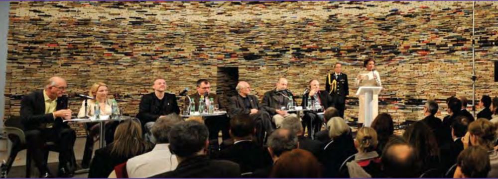 Au théâtre La Fabrika, à Prague,Son Excellence Jean-Daniel Lafond est l'hôte d'un forum Point des arts pour discuter du rôle des films dans la promotion des idées et des idéologies politiques.Le Point des arts est une série de forums qui rassemble des artistes, des universitaires et des administrateurs pour observer les enjeux liés à la culture dans notre société et en discuter.  Des dizaines de forums Point des arts ont eu lieu au Canada et à l'étranger.