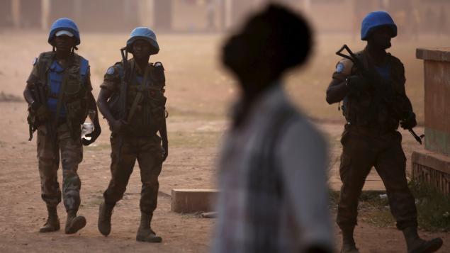 Des Casques bleus en patrouille dans Bangui, la capitale centrafricaine. Photo : Reuters / Siegfried Modola.