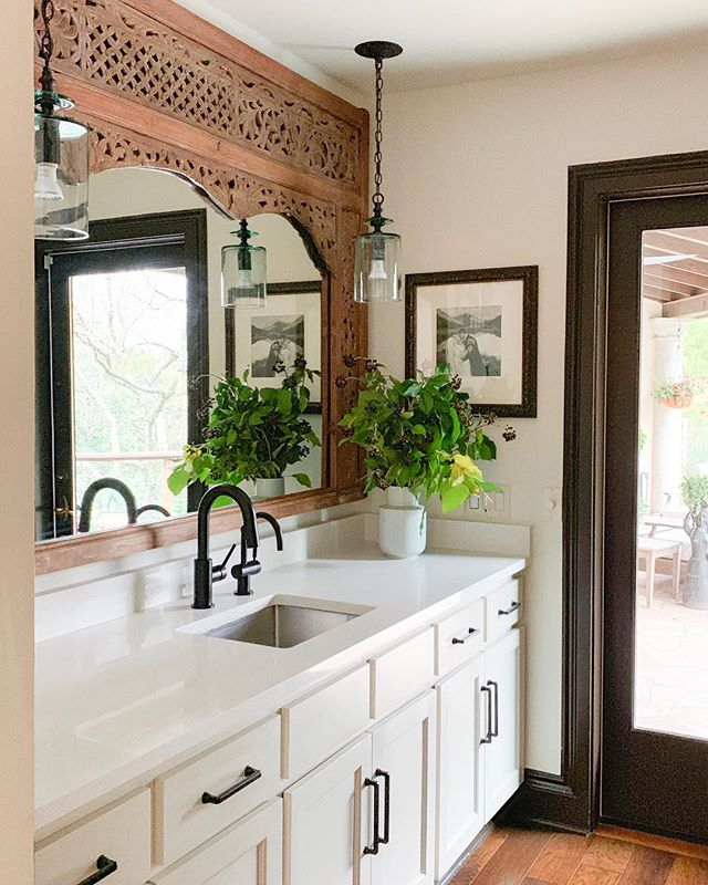 Another 📷 of this pretty butler's pantry. Bonus for this project: we worked with the existing cabinet color so they didn't have to be repainted! New wall paint, counters and hardware go a long way... and the @curreyco pendants are just perfect! Awesome GC on this project was @skellyhome! 👷🏼‍♀️🔨#beccastephensinteriors #interiordesign #austintx #kitchendesign #kitchenremodel #butlerspantry #homerenovation #homestyle #globaldesign #decorating #sodomino