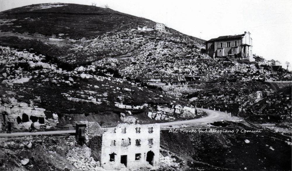 """Chiesa di Sasso di Asiago e Col d'Echele; a metà costa a """"casa Ruggi"""" cadde a diciassette anni la Medaglia d'Oro Roberto Sarfatti (fonte: ASC Fronte Sud Altopiano 7 Comuni)"""