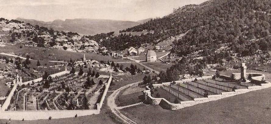 I cimiteri italo-austriaco (a sinistra) e britannico (a destra) in Val Magnaboschi di Cesuna