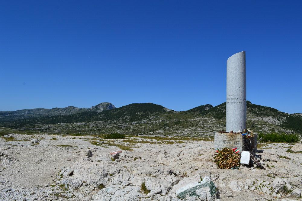 """La """"colonna mozza"""" di Cima Ortigara (q. 2.105) e la campana nelle fotografie di Stefano Aluisini"""