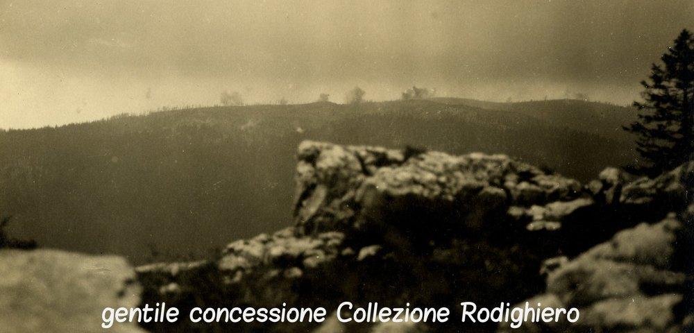 Il bombardamento italiano sullo Zebio - nel settore centrale dell'Altopiano di Asiago, a sud della zona dell'Ortigara (Archivio Storico Dal Molin - Collezione Rodighiero)