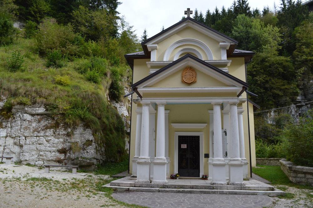 Il Santuario della Madonna di Caravaggio al Buso di Gallio (Altopiano sud orientale) oggi (fotografia di Stefano Aluisini)