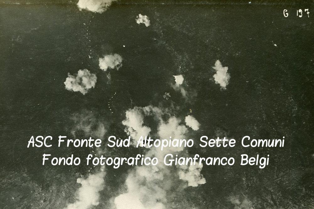 Il campo di battaglia dell'Ortigara sotto il fuoco in una fotografia aerea del 13 giugno 1917