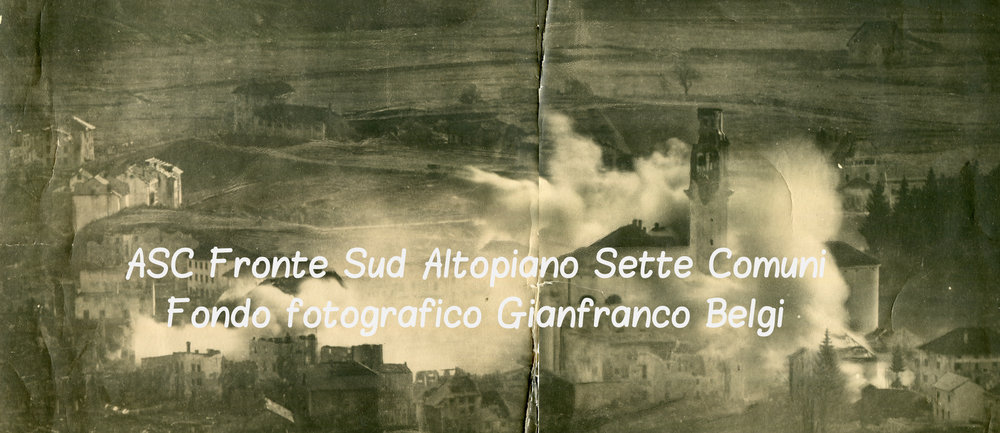 Le abitazioni del centro di Asiago in fiamme durante i bombardamenti del maggio 1916
