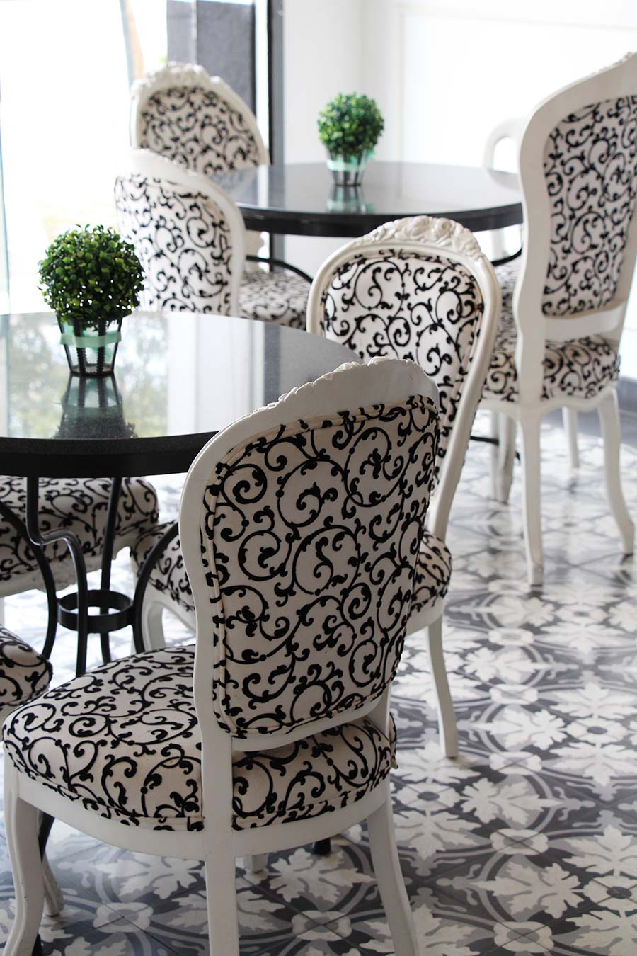Black & white colonial tiles and decor -  Claribel