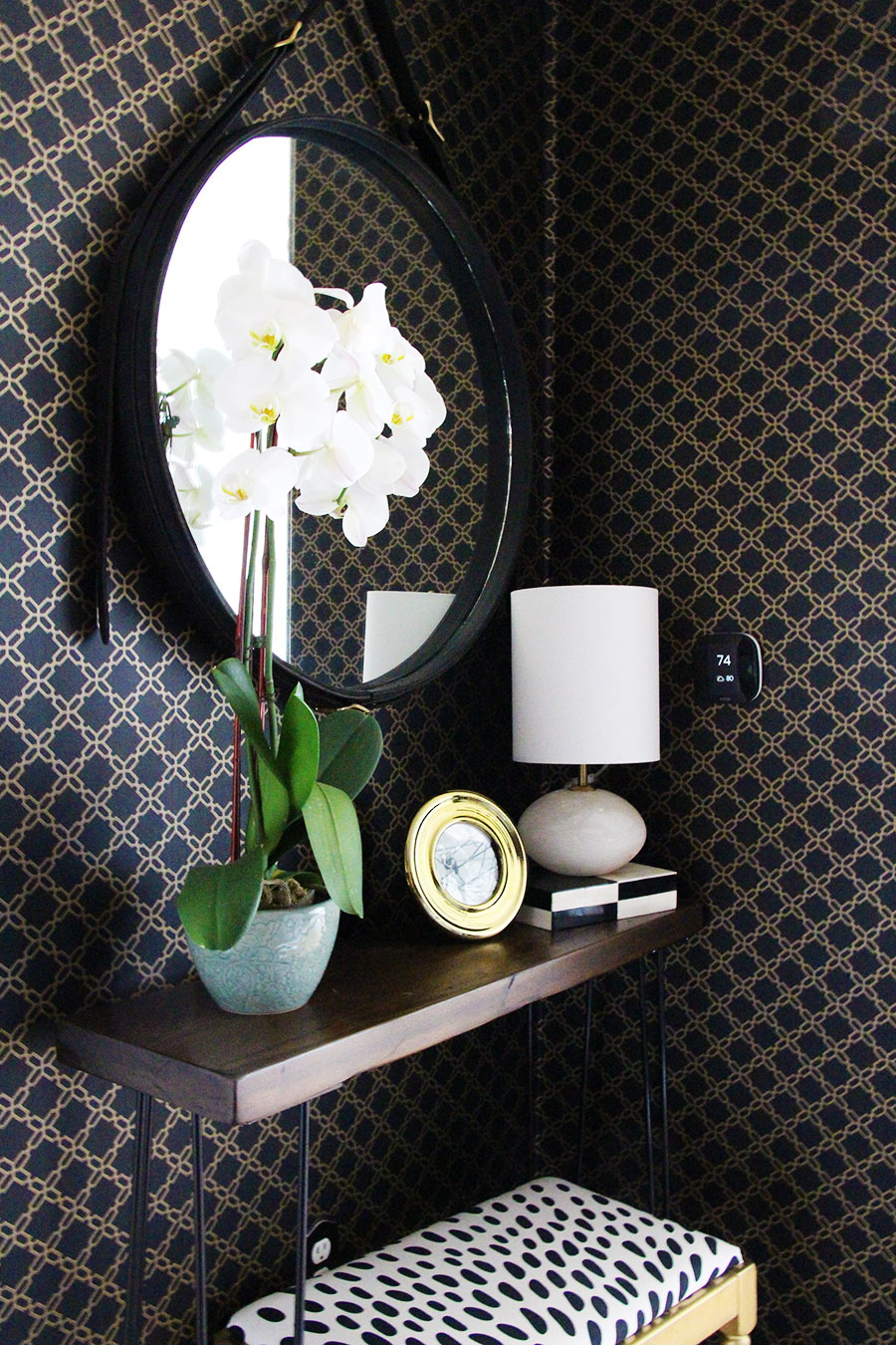 entryway-decor-mirror-orchid-small-apartment.jpg