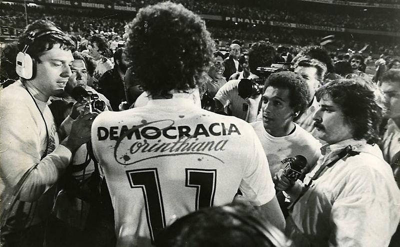 05-800px-sc3b3crates_-_democracia_corintiana.jpg