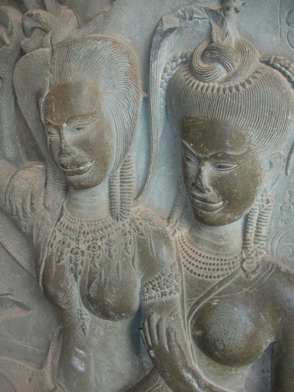 Two Apsaras. Flickr:thaophotos