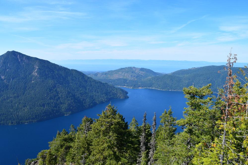 An ocean view behind the lake