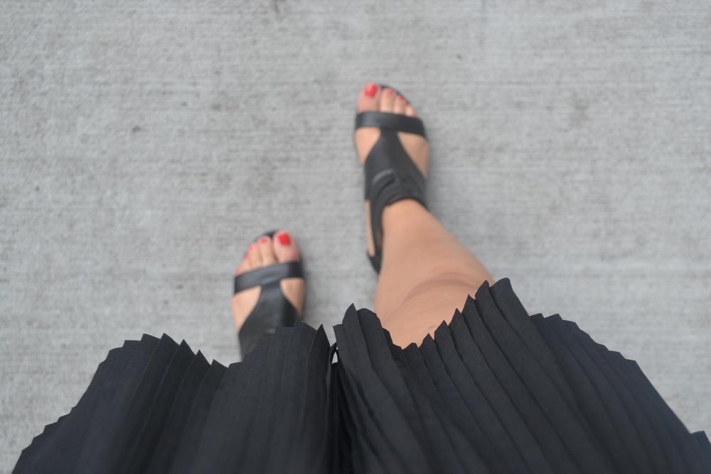 Shorts and sandals to be comfortable / Pantalones cortos y sandalias para ester c ó moda.