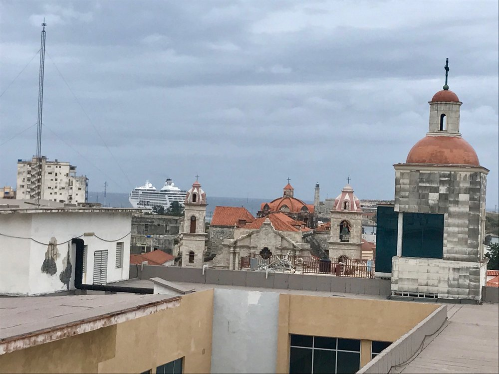Watching cruise ships from the roof of Hotel Ambos Mundos