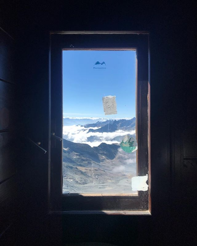 A bathroom with a view  #feelinghigh #workinghigh #photography #cervino #matterhorn #italia