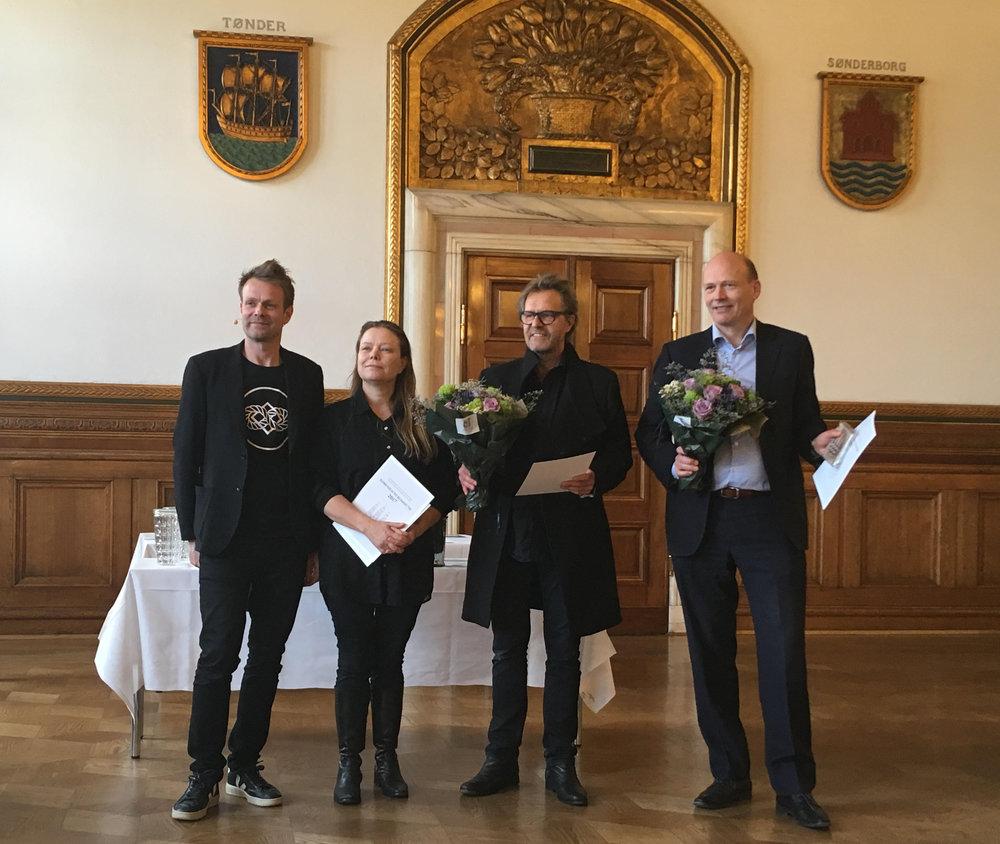 Kulturborgmester Niko Grünfeld (tv.) overrækker prisen til WOHLERT Arkitekter ved Line Loftheim og Thorben Schmidt, samt til bygherre Anders Kretzchmar, direktør for Danmarks Apotekerforening.