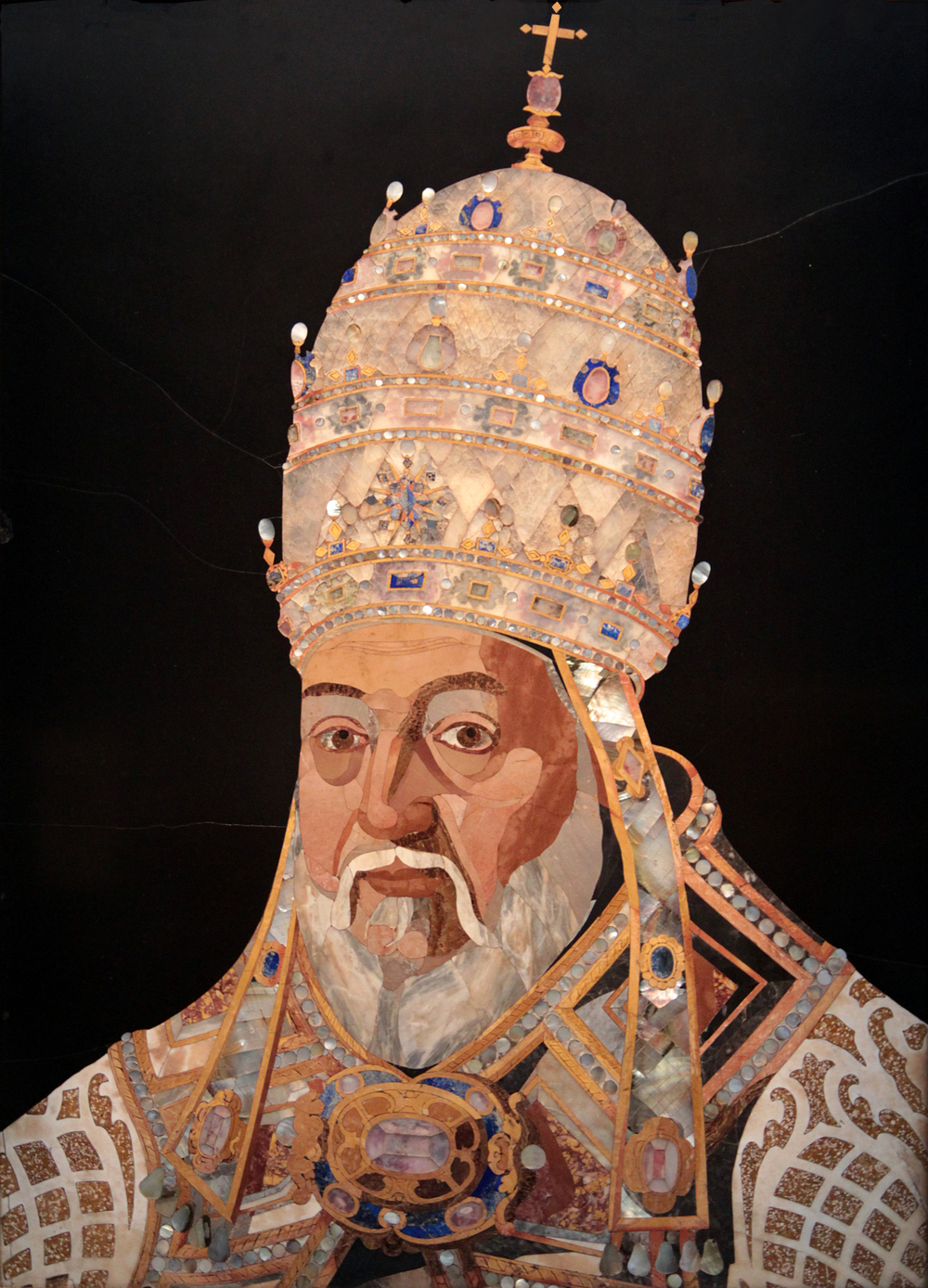 """Pope Clement VIII Aldobrandini"", work made with marble, lapis lazuli, mother of pearl, limestone, calcite and black stone (H. 101.7 cm, l. 75.2 cm) by Medici workshops, on a draft by Jacopo Ligozzi, between 1601 and 1602. J. Paul Getty Museum Collection CC Jean-Pol Grandmont"